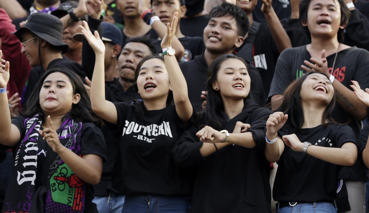 Suporter perempuan Persita saat menyaksikan pertandingan Persita Tangeran melawan PSM Makassar pada laga Shopee Liga 1 di Stadion Sport Center, Tangerang, Jumat (6/3). Persita memiliki suporter setia dan fanatik seperti La Viola dan Southern Ultras Persita. (Bola.com/M. Iqbal Icshan)