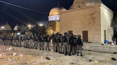 Pasukan keamanan Israel terlihat saat mereka memasuki Masjid Al-Aqsa di Yerusalem, mengintervensi jamaah Muslim dengan granat setrum selama salat pada 7 Mei 2021. (Mostafa Alkharouf - Anadolu Agency)