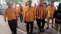 Ketua Umum Partai Hanura Oesman Sapta Odang atau OSO (dua kiri) bersama elite Partai Hanura saat tiba untuk menyerahkan berkas pendaftaran bakal calon legislatif di KPU, Jakarta, Selasa (17/7). (Liputan6.com/JohanTallo)