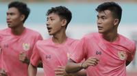 Pemain Timnas Indonesia U-19, Sutan Zico dan Beckham Putra, saat menggelar sesi latihan di Stadion Wibawa Mukti, Cikarang, Senin (13/1/2020). Sebanyak 51 pemain mengikuti seleksi untuk memperkuat skuat utama Timnas Indonesia U-19. (Bola.com/M Iqbal Ichsan)