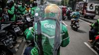 Driver Grab Bike mengenakan Grab Protect pelindung yang membatasi antara pengemudi dan penumpang saat diluncurkan di Jakarta, Selasa (9/6/2020). (Liputan6.com/Faizal Fanani)