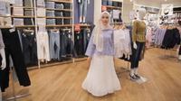 Berikut padu padan busana modest wear yang stylish dan kekinian dari koleksi Uniqlo x Hana Tajima. (Foto: vidio.com)