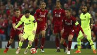 Striker Barcelona, Lionel Messi, berusaha melewati pemain Liverpool pada laga semifinal Liga Champions 2019 di Stadion Anfield, Selasa (7/5). Liverpool menang 4-0 atas Barcelona. (AP/Dave Thompson)