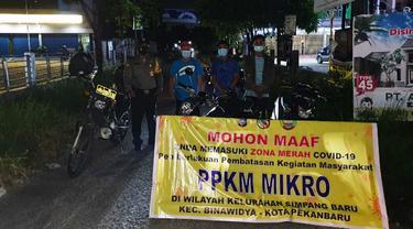 Penyekatan jalan menuju perumahan oleh petugas saat pemberlakuan PPKM Mikro di Pekanbaru.