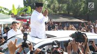 Calon Presiden no urut 02, Prabowo Subianto menyapa pendukungnya usai menggunakan hak pilihnya pada Pemilu 2019 di TPS 041 Kampung Curug, Desa Bojong Koneng, Babakan Madang, Kabupaten Bogor, Jawa Barat, Rabu (17/4). Prabowo didampingi Fadli Zon. (Liputan6.com/Helmi Fithriansyah)