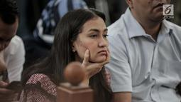Ekspresi Atiqah Hasiholan saat menghadiri sidang putusan kasus dugaan penyebaran berita bohong atau hoaks dengan terdakwa Ratna Sarumpaet di PN Jakarta Selatan, Kamis (11/7/2019). Sesekali, matanya menatap sang ibunda yang duduk di muka majelis hakim. (Liputan6.com/Faizal Fanani)