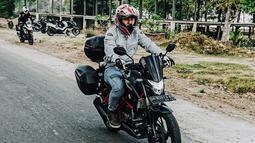 Omesh yang biasa tampil ceria dan sering melawak, tampak keren saat berada diatas motornya ketika touring. Lengkap dengan jaket dan helm full-face, pria yang kini berusia 33 tahun ini tampak memesona. (Liputan6.com/IG/@omeshomesh)