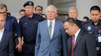 Mantan Perdana Menteri Malaysia, Najib Razak tiba di Pengadilan Tinggi Malaya, Kuala Lumpur, Rabu (8/8). Najib Razak akan dihadapkan dengan dakwaan baru di bawah undang-undang anti pencucian uang untuk kasus megakorupsi 1MDB. (AP/Yam G-Jun)