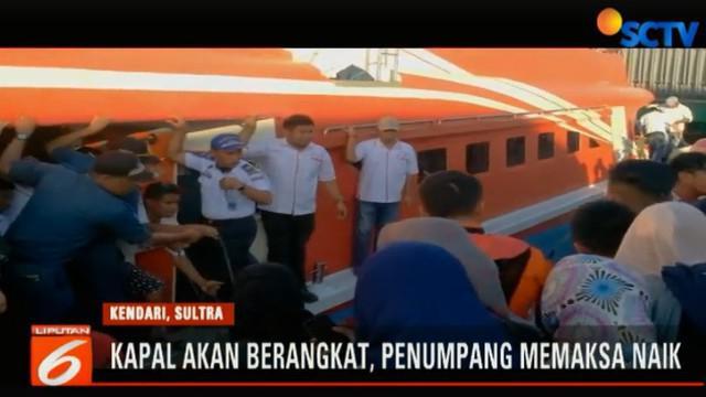 Walau Kapal Express Bahari sudah akan berangkat, namun para penumpang masih memaksa untuk masuk kapal yang sudah penuh.