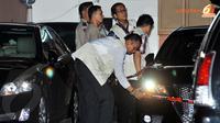 Penyidik KPK mendatangi rumah dinas Akil Mochtar di kawasan Widya Chandra sejak Kamis siang (03/10/13) untuk melakukan penggeledahan. (Liputan6.com/Abdul Aziz Prastowo)
