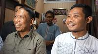Menpora Zainuddin Amali (kiri), saat mengunjungi kediaman Evan Dimas di Surabaya untuk menengok gelandang Timnas Indonesia yang mengalami cedera di laga final SEA Games 2019. (Bola.com/Aditya Wany)