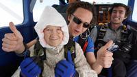Nenek buyut Irene O'Shea bersiap terjun payung tandem di langit Australia Selatan, 9 Desember 2018. Nenek 102 tahun itu melakukan aksinya guna mengumpulkan dana bagi lembaga amal untuk penyakit syaraf motorik. (Bryce SELLICK, Matt TEAGER/SA Skydiving/AFP)