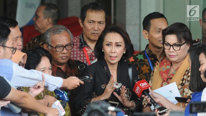 Ketua Pansel Calon Pimpinan KPK Yenti Ganarsih (tengah) didampingi Wakil Ketua KPK Basaria Panjaitan (kanan) usai menggelar pertemuan di Gedung KPK, Jakarta, Rabu (12/06/2019). Pertemuan membahas keberhasilan sekaligus kendala kinerja KPK pada periode ini. (merdeka.com/Dwi Narwoko)