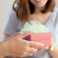 Sempurnakan Momen Bahagia, 5 Hadiah Ini Bikin Si Dia Makin Cinta