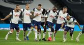 Para pemain Tottenham Hotspur merayakan akhir pertandingan babak keempat Piala Liga Inggris usai menghadapi Chelsea di Stadion Tottenham Hotspur, London, Rabu (30/9) dini hari WIB. Tottenham melangkah ke perempat final setelah menang adu penalti atas Chelsea 5-4. (Matt Dunham/Pool via AP)