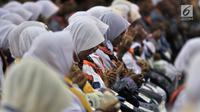 Calon jemaah haji Kloter 1 berdoa saat berkumpul di Asrama Haji Pondok Gede, Jakarta, Senin (16/7). Kloter 1 Embarkasi Jakarta-Pondok Gede akan diberangkatkan ke Arab Saudi pada Selasa (17/7). (Merdeka.com/Iqbal Nugroho)
