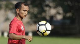Pemain Persija Jakarta, Riko Simanjuntak, saat mengikuti sesi latihan jelang laga Liga 1 di Lapangan Sutasoma, Jakarta, Jumat (07/12). Persija akan berhadapan dengan Mitra Kukar. (Bola.com/M Iqbal Ichsan)