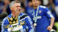 Carlo Ancelotti mempersembahkan gelar Premier League 2009-2010 untuk Chelsea. (AFP/Adrian Dennis)