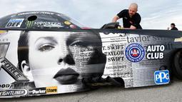 """Bagian depan mobil balap Chevrolet Camaro SS yang didesain dengan sampul album ke-6 Taylor Swift """"Reputation"""" di Las Vegas, Nevada (10/11). Di album terbarunya Taylor Swift berkolaborasi dengan Ed Sheeran dan Future. (AFP Photo/Getty Images/AFP)"""