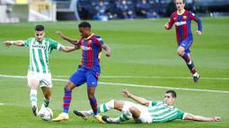 Bintang muda Barcelona itu mendapat tekel keras dari Aissa Mandi di menit ke-31. (AP Photo/Joan Monfort)