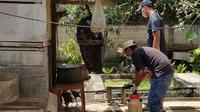 Untuk mencegah penularan virus Flu Burung di Kota Bontang, penyemprotan disinfektan rutin perlu dilakukan agar kandang ayam tetap steril.