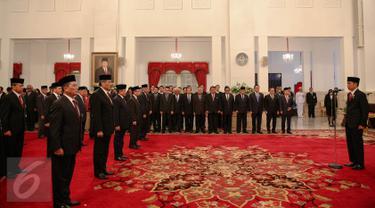 Presiden Jokowi (kanan) memimpin upacara pemberian tanda kehormatan kepada tokoh nasional di Istana Negara Jakarta, Kamis (13/8). Dalam rangka peringatan HUT ke-70 Kemerdekaan RI, Presiden memberikan sejumlah tanda kehormatan. (Liputan6.com/Faizal Fanani)