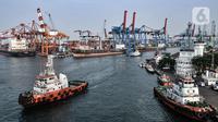 Aktivitas bongkar muat kontainer di dermaga ekspor impor Pelabuhan Tanjung Priok, Jakarta, Rabu (5/8/2020). Menurut BPS, pandemi COVID-19 mengkibatkan impor barang dan jasa kontraksi -16,96 persen merosot dari kuartal II/2019 yang terkontraksi -6,84 persen yoy. (merdeka.com/Iqbal S. Nugroho)