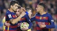 Striker Barcelona, Neymar Jr, bersama Lionel Messi merayakan gol yang dicetak Luis Suarez ke gawang Sporting Gijon pada laga La Liga Spanyol di Stadion Camp Nou, Barcelona, Sabtu, (23/4/2016). (AFP/Lluis Gene)
