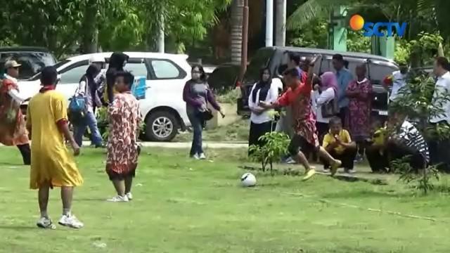 Seru dan lucunya para guru pria ini saat bermain bola dengan menggunakan daster.