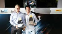 Pebalap Indonesia, Rio Haryanto (kanan), berpose dengan Valtteri Bottas setelah meraih penghargaan kemenangan terbaik pada GP3 Series 2011. (Motorsport)