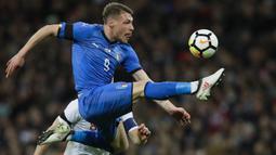 Aksi pemain Italia, Andrea Belotti mengontrol bola saat melawan Inggris pada laga uji coba di Wembley Stadium, London, (27/3/2018). Italia tahan imbang Inggris 1-1. (AP/Kirsty Wigglesworth)