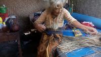 Meski sudah berusia ratusan tahun, perempuan asal Kulon Progo itu masih memiliki indra pendengaran, penglihatan dan tubuh yang segar bugar. (Liputan6.com/Yanuar H)