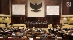 Suasana Rapat Paripurna DPD di Jakarta, Jumat (5/10). BPK menyerahkan Ikhtisar Hasil Pemeriksaan Semester (IHPS) I BPK kepada DPD yang merupakan suatu kewajiban dan dalam Pasal 18 UU Nomor 15 Tahun 2014. (Liputan6.com/JohanTallo)