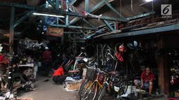 Sejumlah barang bekas dijajakan di lokasi sementara (loksem) 37 di Jalan Kalibaru Timur, Senen, Jakarta (8/1). Renovasi akan dilakukan menggunakan dana APBD senilai Rp 2,9 miliar. (Liputan6.com/Angga Yuniar)