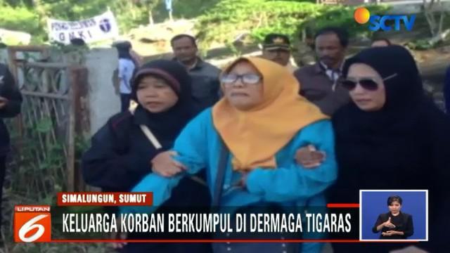 Tak hanya tangis, ada pula keluarga korban KM Sinar Bangun yang pingsan.