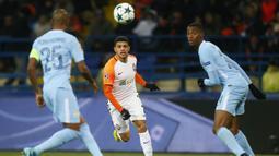 Gelandang Shakhtar Donetsk, Taison, berusaha mengejar bola saat melawan Manchester City pada laga Liga Champions di Stadion Metalist, Kharkiv, Rabu (6/12/2017). Shakhtar menang 2-1 atas City. (AFP/Genya Savilov)