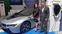 Pertamina membuat pilot project pengisian listrik bersama BMW. (Herdi/Liputan6.com)