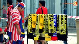 Pendukung sekaligus penjaja atribut Tim Malaysia menjajakan barang dagangannya di Stadion Bukit Jalil, Kuala Lumpur, Malaysia. saat ajang Piala AFF Suzuki 2012 digelar.
