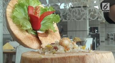 Sebuah hotel menyajikan makanan yang unik. Nasi goreng disajikan dalam kelapa muda dan diklaim bebas kolesterol.