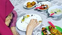 Adek Irawan saat makan siang dengan lauk ikan dan sayur lodeh (Dok.Instagram/@adekirawan504/https://www.instagram.com/p/B0H_oVllou_/Komarudin)