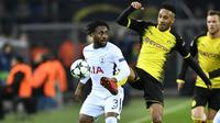 Duel pemain Tottenham, Danny Rose (kiri) dan pemain Dortmund, Pierre-Emerick Aubameyang pada laga grup H Liga Champions di Signal Iduna Park, Dortmund, (21/11/2017).  Tottenham menang 2-1. (AP/Martin Meissner)