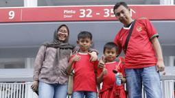 Suporter asal Purwakarta, Yuli dan keluarga bepose di SUGBK, Senayan, Jakarta, Minggu (14/1/2018). Selain untuk menyaksikan laga Indonesia Vs Islandia, kehadiran para suporter juga karena ingit melihat wajah baru SUGBK. (Bola.com/M Iqbal Ichsan)