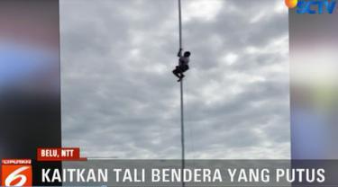 Yohanes berinisatif memanjat tiang bendera untuk mengaitkan kembali tali yang putus.