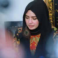 Politisi salh satu partai Yulia Mochamad mulai merasa tidak nyaman ketika dirinya disebut-sebut sebagai istri ketiga penyanyi religi Opick. (Adrian Putra/Bintang.com)