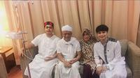 Ustaz Arifin Ilham dan keluarganya. (Foto: Instagram @ameer_azzikra)