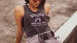 Dengan gaya rambut pendek, penampilan wanita kelahiran 8 Maret 1997 ini pun nampak makin fresh. Seringkali gaya tomboinya juga mencuri perhatian warganet. (Liputan6.com/IG/aghninyhaque)