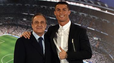 """Salah satu pemain yang disindir oleh Perez adalah Cristiano Ronaldo (kanan). Perez berkata bahwa Ronaldo sudah gila. """"Orang ini idiot, sakit. Anda pikir orang ini normal, tapi dia tidak normal. Jika tidak, dia tidak akan melakukan semua hal yang dia lakukan."""" Tambah Perez. (Foto: AFP/Gerard Julien)"""