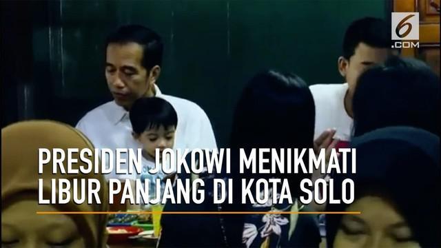 presiden Joko Widodo menghabiskan libur panjang di kota Kelahirannya Surakarta. Selain salat Jumat dan menikmati soto bersama keluarga, Jokowi juga menyapa warga Solo di mall Paragon