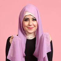 Risty Tagor adalah salah satu orang yang memilih mengenakan hijab syar'i