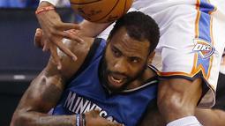 Aksi pemain Oklahoma City Thunder, Russell Westbrook (atas) melanggar pemain  Minnesota Timberwolves, Rasual Butler pada  laga NBA basketball preseason game di Oklahoma City, Senin (17/10/2016) WIB. (AP/Sue Ogrocki)